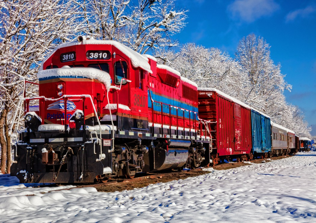 Red Train In The Snow 1500 piece jigsaw puzzle